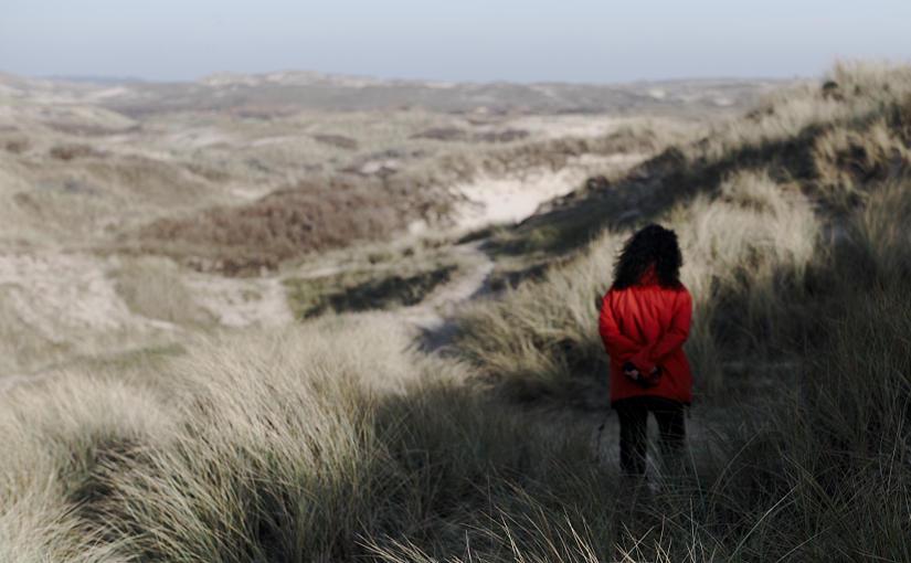 Wandelaarster in de duinen naarvan Zeeland Village